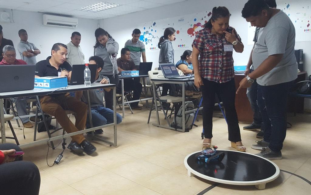 Estudiantes de la UTP apoyando a los Docentes capacitados.