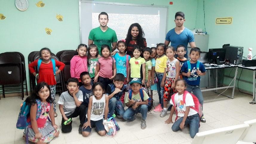 Niños que participaron de la Escuela de Verano junto a estudiantes de UTP Veraguas.