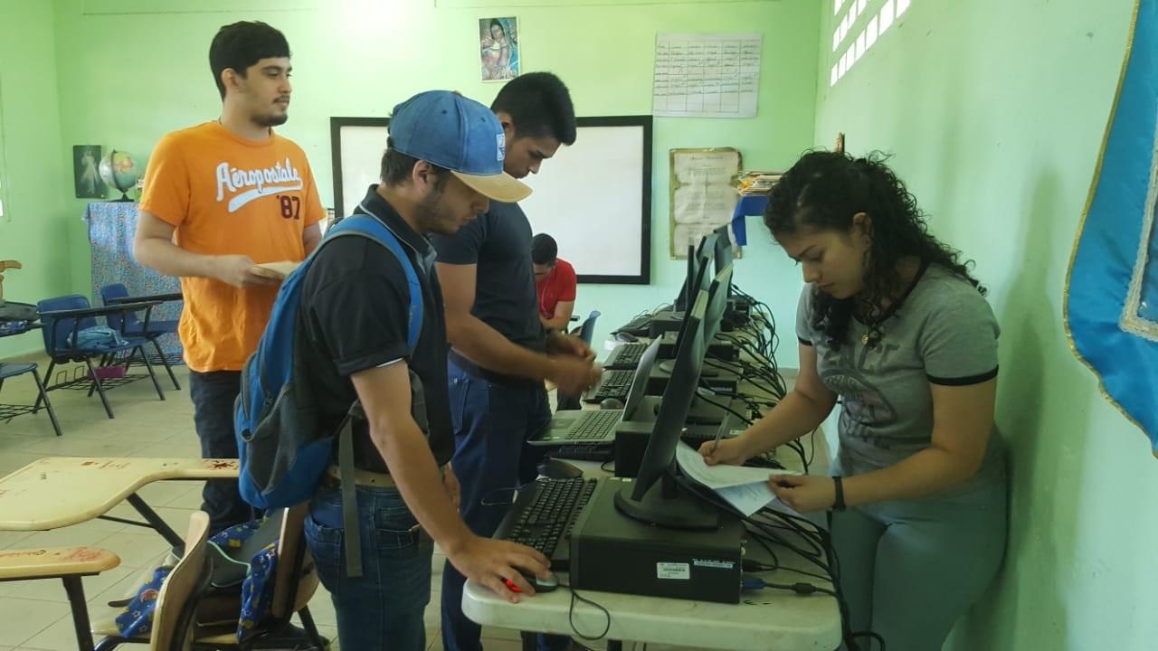 Estudiantes de UTP Veraguas dan mantenimiento a equipos informáticos