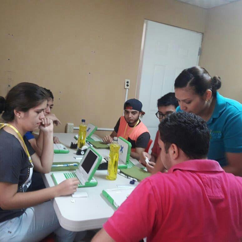 Estudiantes de UTP Veraguas verificando las computadoras