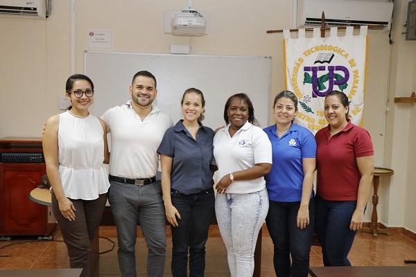 Emprendedor incubado en UTP Veraguas y representantes de SENACYT.