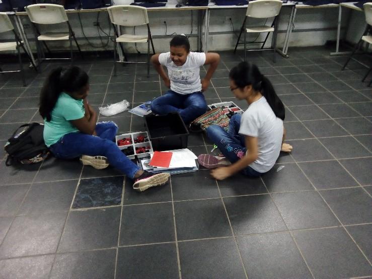 Estudiantes de los colegios participando de curso de robótica